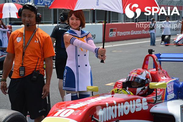 F3マシンに乗るJuju選手と野田英樹氏(左端)ⒸSPAIA