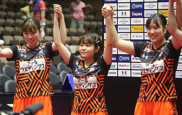 勝利を喜ぶトップおとめピンポンズ名古屋の選手らⒸマンティー・チダ
