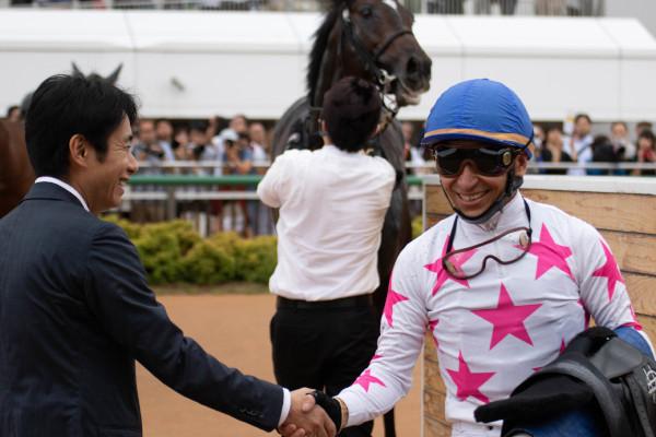 セントライト記念を制して握手する松永幹夫先生と横山典騎手ⒸSPAIA(撮影:三木俊幸)
