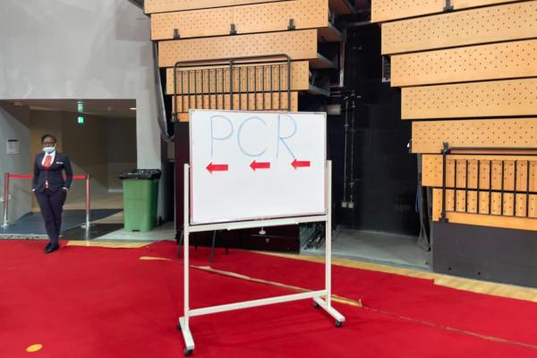 PCR検査会場Ⓒ小中村政一