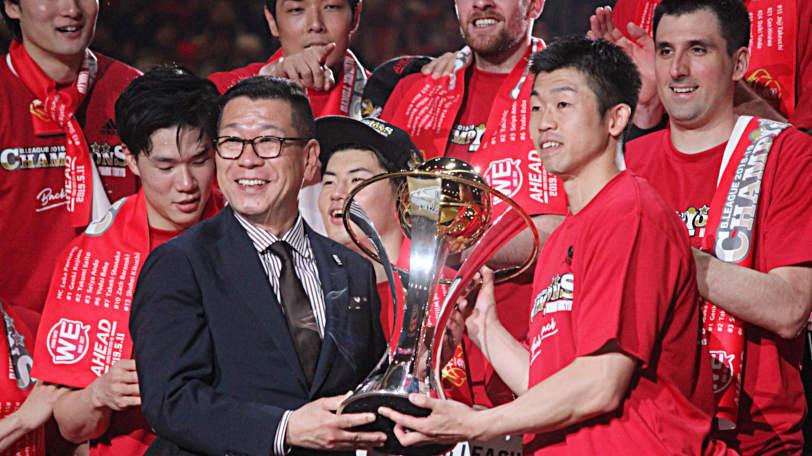 チャンピオントロフィーを掲げるアルバルク東京の正中岳城Ⓒマンティー・チダ
