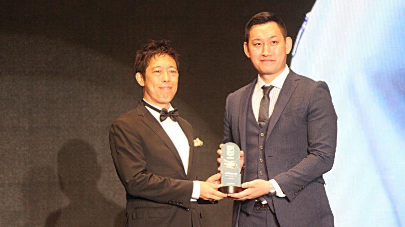 Bリーグアワード賞にて最優秀審判と表彰された加藤誉樹Ⓒマンティー・チダ