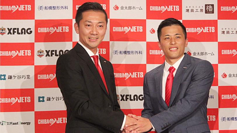 記者会見で島田慎二社長と握手を交わす富樫勇樹Ⓒマンティー・チダ